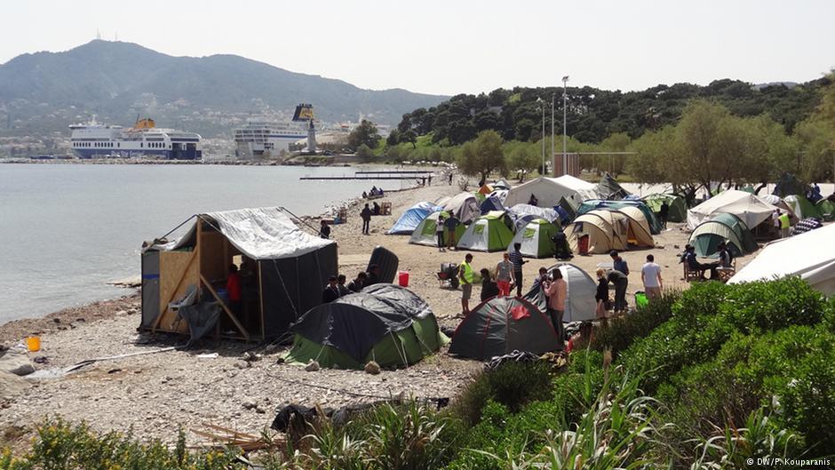 مخيم اللاجئين على شاطئ مدينة ميتليني