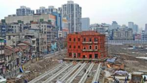 يستعد العمال لتحريك مبنى تاريخي لمسافة 90 مترا في مدينة وهان الصينية.
