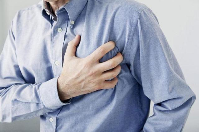 ما هو السبب الرئيسي لحدوث نوبة قلبية مفاجئة؟